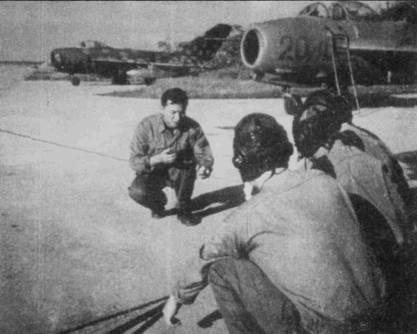 Группа летчиков из 921-го полка обсуждают тактику действий истребительной авиаыции, аэродром Нойбай, 1968г. Обратите внимание на камуфлированный МиГ-17Ф на заднем плане. Окрашенные подобным образом самолеты (мелкие светло-коричневые пятна по темно-зеленому фону) было сложно обнаружить на фоне земли. Летчики Ми Г-17-х чаще всего атаковали американские истребители из нижней полусферы.