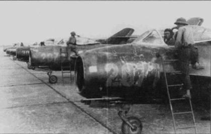 Линейка темно-зеленых истребителей МиГ-17А из 923-го полки, аэродром Кип.