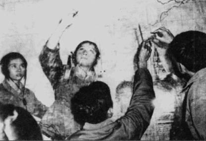 Посильный вклад в борьбу с агрессором вносило все население Вьетнама от мала до велика. На снимке — вьетнамские дети выполняют обязанности планшетистов на мобильном пункте управления действиями истребительной авиации.