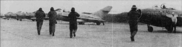 Летчики направляются к своим истребителям МиГ-17, аэродром Кип.