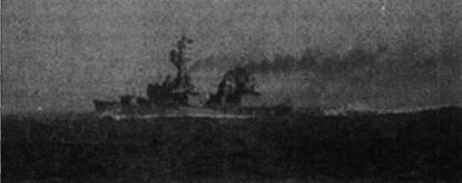На снимке — эсминец «Хайгби» (типа «Гиринг») на полном ходу в Тонкинском заливе. Фотография сделана за несколько дней до исторической актаки двух МиГ-17Ф из 923-го истребительного авиаполка. Эсминец «Хайгби» был построен на верфи фирмы Бэз Айронуорк, корабль вступил в строй ВМС США 27 января 1945г., окончательно списан 15 июля 1979г.