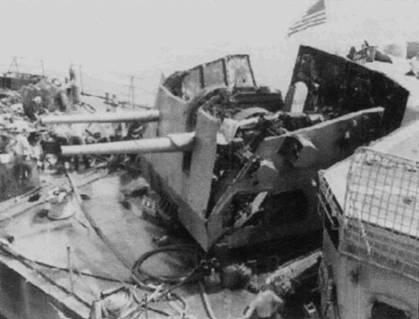 На снимке хорошо видны последствия взрыва 250-кг авиационной бомбы, сброшенной Ли Ксуан Ди со своего МиГ-17Ф. Кормовая двухорудийная 5-дюймовая башня эсминца «Хайгби» полностью выведена из строя. Удивительно, но никто из моряков не был убит.