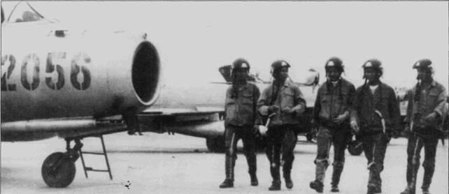Пятеро вьетнамских летчиков-истребителей из 923-го полка, 1972г. Последнюю победу в воздушном бою на самолете МиГ-17 одержал II июля 1972г. Хан Винь Тоунг. Туонг сбил истребитель F-4J над Фалием. Данные ВМС США не подтвержджают потери «Фантома» от атаки МиГа 11 июля, но согласно тем же данным МиГ-17 сбил F-4J Bu№155803 из эскадрильи VF-103 с авианосца «Саратога» днем раньше. В свою очередь вьетнамские источники не содержат сведений о сбитом Ми Г-17 10 июля американском самолете.