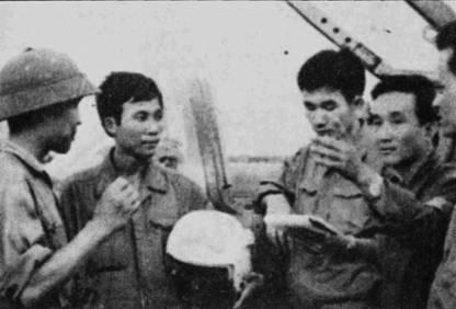Капитан Нгуен Тхань Транг (второй справа) проводит инструктаж летчиков 923-го полка перед тренировочным полетом 25 апреля 1975г.