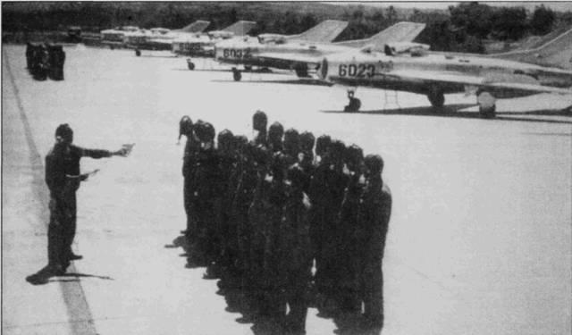 Первые 44 истребителя J-6 (МиГ-19С китайского производства) 925-й полк получил в 1968-69г.г. На снимке командир полка показывает летчикам на моделях приемы воздушного боя на этих самолетах, аэродром Йенбай. На всех летчиках одеты кожаные шлемы старого образца и обычные летные комбинезоны. В дальнейшем все пилоты получат более современные жесткие защитные шлемы и противоперегрузочные костюмы. Фотографии МиГ-19 северовьетнамских МиГ-19 являлются раритетами из-за сравнительно небольшого количество самолетов данного типа, находившихся на вооружении ВВС Северного Вьетнама.