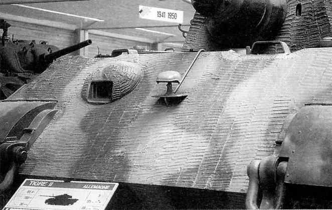 Лобовая часть корпуса. Справа от амбразуры установлена маскировочная фара Notek. Под установку <a href='https://arsenal-info.ru/b/book/1318254746/282' target='_self'>прибора наблюдения</a> механика-водителя (справа) в лобовом листе сделан вырез