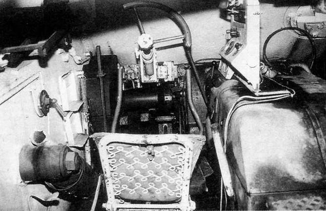 Отделение управления. Перед сиденьем механика-водителя расположены (слева направо): рычаг ручного тормоза; левый рычаг управления; педаль главного фрикциона; педаль тормоза; педаль акселератора; правый рычаг управления; рычажок переключения передач
