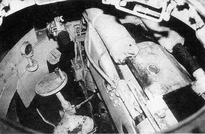Вид в башню через люк командира. Справа — казенник пушки, слева — сиденье наводчика и маховик горизонтальной наводки