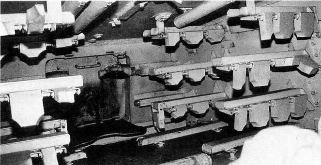 Стеллажи для размещения орудийных выстрелов в нише башни. Между ними — дверца люка для загрузки боеприпасов и аварийного выхода из танка