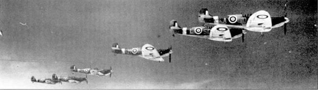 Начиная с конца 1940г. все больше эскадрилий, имевших на вооружении «<a href='https://arsenal-info.ru/b/book/2700979183/22' target='_self'>Харрикейны</a>» переходили на «Спитфайры». Одной из таких эскадрилий была 501-я «Коунти оф Глостер», на сделанном в июне 1941г. снимке — «Спитфайры» этой эскадрильи.