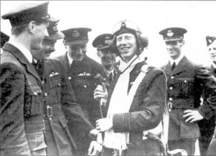 Юный сержант Джэймс «Джиджер» Лэйси (28 сбитых лично, пять вероятно и девять поврежденных самолетов) был одним из самых удачливых летчиков 501-й эскадрильи. Шарф и парашют сержанту презентовал лично командир 10-й группы сэр С. дж Куантин-Бранд.