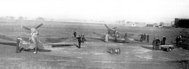 Представители пресы в первые месяцы войны часто посещали разбросанные по всей Братании эскадрильи Истребительного командования. На снимке — корреспонденты в 611-й эскадрилье. Драм, N апреля 1940г.