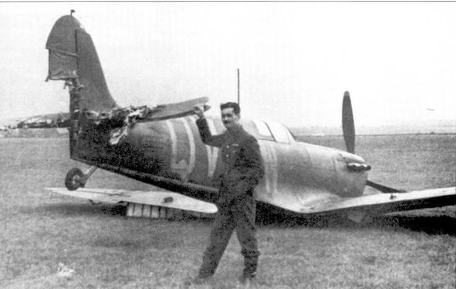Флайт-лейгенант Вильфред Клоустон из 19-й эскадрильи позирует на фоне истребителя К9854 после вынужденной посадки в Ньюмаркете, 6 октября 1939г. Первоначально этот самолет поступил па вооружение 66-й эскадрильи, передан в 19–10 эскадрилью в последние дни 1938г. Два месяца самолет использовали в Фариборо для испытаний, после чего в мае 1939г. вновь вернули 19-й эскадрилье.