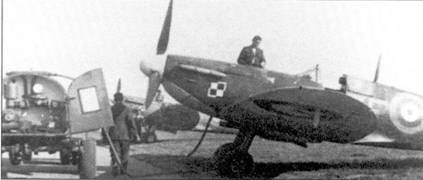 303-я эскадрилья была самым успешным польским подразделением времен второй мировой войны, летчики эскадрильи сбили 204 самолета противники. В марте 1941г. эскадрилья вместо «Спитфайр Mk I» получила истребители модели Mk II. Снимок сделан в Нортхолте, июль 1941г. Обратите внимание ни «шаховницу» польских ВВС, нарисованную ни капоте мотора.
