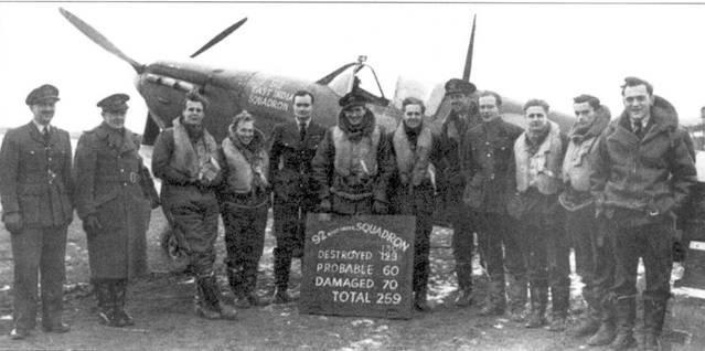 Асы 92-й эскадрильи, Биггин-Хилл, начало 1941г.: сержант Р.И.Ховеркрофт четвертый слева, следом за ним — флайт- лейтенапт К.В. Кингсом, командир эскадрильи Дж. А. Кент, флайт-лейтенант Дж. У. Вилли, пайлот-офицер С.X. Сандерс, флэг-офицер Р.Х. Холланд, флэг-офицер Э.Р. Райт, крайней справа — сержант Д. И. Кингби.