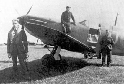 Флайт-офицер Роберт Дои перед своим «Спитфайром», сентябрь 1940г. Дои был одним из немногих летчиков RAF, добившихся летом 1940г. впечатляющих успехов и на «Харрикейне», и на «Спитфайре». За время битвы за Британию он сбил 14 самолетов лично, две в группе и пять повредил.