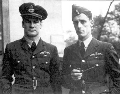 Летчики 54-й эскадрильи новозеландец Ал Диир и Колин Грей, снимок 1941г. Обратите внимание на ленточки Корсета за летные заслуги над клапанами карманов обоих асов. Поразительно, но выжив в тяжелой войне оба погибли в катастрофах с интервалом в несколько недель в 1995г.