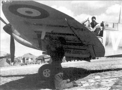 И кабине самолета X4474/QV-1 сержант Бернард Дженнингз, четыре сбитых лично, один вероятно, два поврежденных самолета.