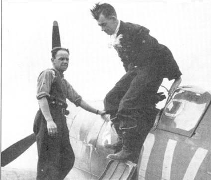 Джордж Анвин вылезает из кабины «Спитфайра I» К9853 после боевого вылета, Фоулмир, июнь 1940г. В это время Анвин летал на боевые задания ни нескольких истребителях, хотя отдавал предпочтение самолету с бортовым кодом «QV-Н». Этот самолет поступил в эскадрилью 31 января 1939г. Анвин сделал на нем первый полет 15 марта, /5 июля 1940г. машину передали в другое подразделение; эскадрилья перешла на пушечные «Спитфайры Mk 1В».
