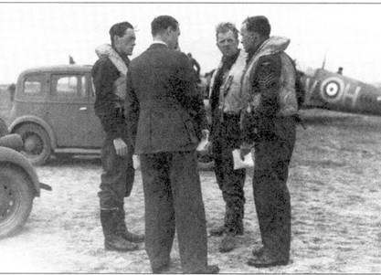Предполетный инструктаж. Слева направо: «Сэнди» Лэйн, флайт-лейтенант «Фермер» Лоусон, сержант Дэвид Ллойд, Фоулмир, конец сентября 1940г. Спиной к камере стоит офицер разведки 19-й эскадрильи.