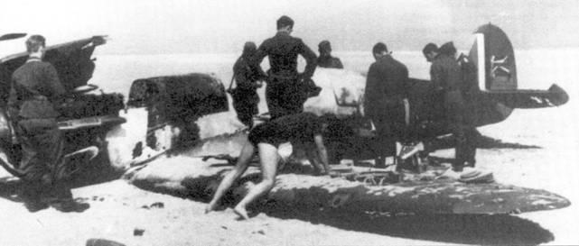 Прикрывая эвакуацию армейских подразделений из Дюнкерка, Истребительное командование потеряло 72 «Спитфайра». Па сделанном в районе Дюнкерка снимке — сбитый английский истребитель разбирают на части немецкие «охотники за сувенирами».