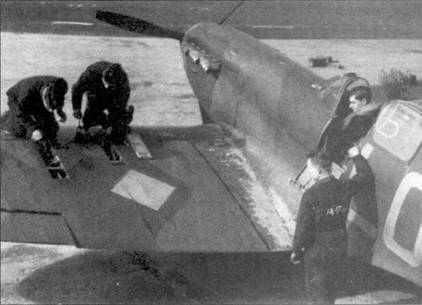 «Спитфайр Mk I» пайлот-офицера Алистера Гранта из 602-й эскадрильи, Дрим, апрель 1940г. Чтобы перезарядить восемь пулеметов техникам требовалось открутить и закрутить 150 болтов 22 съемных панелей обшивки. Четыре человека могли пополнить боекомплект истребителя не менее, чем за тридцать минут.