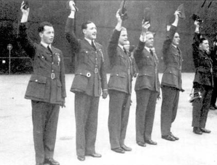 Шесть первых летавших на «Спитфайрах» асов приветствуют короля Георга VI после получения заслуженных наград, 27 июня 1940г., аэродром Хорнчарч. Слева направо: пайлот-офицер Дж. Л. Аллен (54-я эскадрилья), флайт- лейтенант Р.Р.С. Так (92-я эскадрилья), флайт-лейтенант Э.С. Дир (54-я эскадрилья), флайт-лейтенант А. Г. Мэлэн (74-я эскадрилья) ску адрон-лидер Дж. Э. Литхэрт (54-я эскадрилья). Все асы, кроме погибшего 24 июля 1940г. Джонни Аллена, остались в живых.