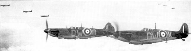 Истребители «Спитфайр Mk I» из 610-й эскадрильи «Коунти оф Честер» прикрывают морской конвой в Ла-Манше, начало июня 1940г. На снимке хорошо виден <a href='https://arsenal-info.ru/b/book/2805747463/29' target='_self'>боевой порядок</a> английских истребителей — три звена по три самолета.