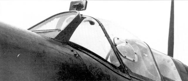 Кабина истребителя «Спитфайр Мк I» крупным планом. Хорошо видны доработки, выполненные незадолго до начала битвы за Британию: каплеобразная сдвижная часть фонаря с форточкой по левому борту, зеркалом заднего вида и бронестеклом, укрепленным на козырьке фонаря кабины.
