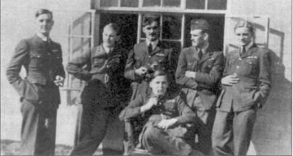 На снимке — шесть летчиков, первыми в 19-й эскадрильи вылетевшими на «Спитфийрах»: флэг-офицеры Пэйс, Робинсон, Клоустон, Бэнхэм, Бэлл и Томас. Двое из них в 1940г. стали асами. Вильфред Клоустон записал на свой счет девять сбитых лично и три сбитых в группе самолетов противника, две победы не подтверждены, один самолет он повредил. Джордж Бэлл лично сбил шесть самолетов, три — в группе, три — повредил.
