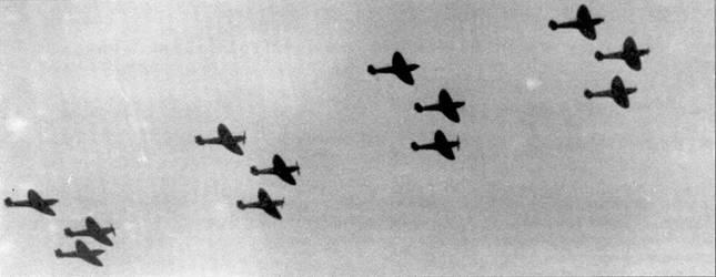 «Спитфайр» 19-й эскадрильи проходят на малой высоте в плотном боевом строю звеньев.