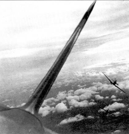 Атака звена «Спитфайров», такой <a href='https://arsenal-info.ru/b/book/2805747463/29' target='_self'>боевой порядок</a> был типичным для начального периода войны. Такой строй был весьма эффективным при атаке бомбардировщиков, но оказался очень уязвимым от атак истребителей сопровождения.