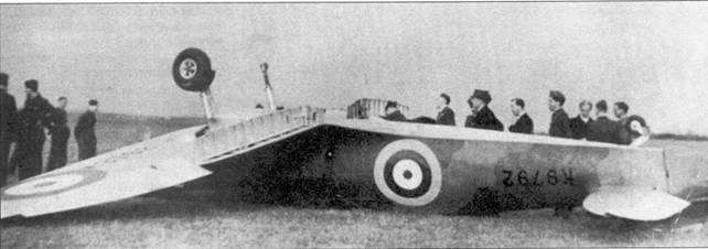 Первый списанный «Спитфайр». 16 августа 1938г. пайлот-офицер Гордон Синклер из 19-й эскадрильи при попытке в первый раз посадить «Спитфайр», подломил одну опору шасси, самолет перевернулся. Причина обнаружилась при последовавшем за инцидентом осмотре — раковина в металле стойки шасси. Синклер не пострадал, ни физически, ни морально. В мае-июне 1940г. Синклер сбил над Дюнкерком шесть самолетов противники, став одним из первых асов, летавших ни «Спитфайрах». В период битвы за Британию Синклер воевал в составе 310-й «чешской» эскадрильи, всего он сбил десять самолетов и один повредил.