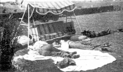 Перерыв между боями. Летчики 65-й эскадрильи пользуются 30-минутной паузой, необходимой для заправки самолетов и пополнения боекомплекта для короткого сна, Рочфорд, август 1940г.