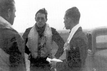 Скуадрон-лидер Брайан Лэйн (в центре) 19-й эскадрильи 15 сентября провел длительный воздушный бой один на один с истребителем Bf 109 и сбил его. Всего он записал на свой счет шесть личных побед, одну групповую, один поврежденный самолет, одна победа не подтверждена.