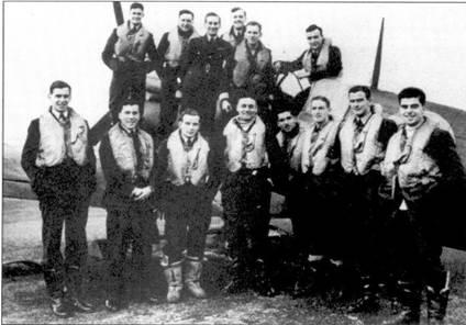 Летчики 41-й эскадрильи, ноябрь 1940г. На снимке запечатлены асы: флайт- лейтенант И. Райдер, второй слева в первом ряду; скуадрон-лидер Д. Финлей, в первом ряду в центре; пайлот-офицерДж. Маккензи, непосредственно за Филеем; слева от Маккензи — флэг-офицер Т. Лоуэлл.