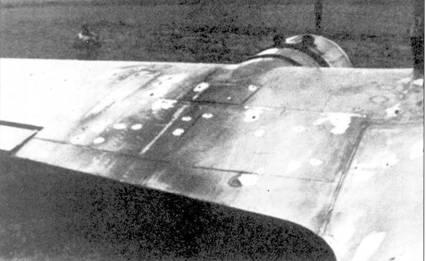 Внизу: снимок прекрасно иллюстрирует относительно невысокую эффективность пуль калибра.303. На снимке — бомбардировщик Do-17Z из КС-76, совершивший вынужденную посадку во Франции, в самолете насчитали более 200 пулевых пробоин, его атаковало не менее двух «Спитфайров».