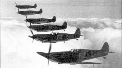 «Спитфайры I» из 65-й эскадрильи в полете, снимок сделан незадолго до объявления войны. Ближайший к камере самолет принадлежал флэг-офицеру Роберту Стэнфорду Таку — одному из первых летчиков, сбивших на «Спитфайре» пять самолетов противника. В апреле I940г. самолет К9906 передали 64-й эскадрилье.