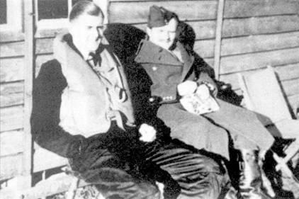 Два летчика 602-й эскадрильи с предвоенным стажем стали асами: скуадрон- лидер Александр «Сэнди» Джонстон и флайт-лейтенант Арчи Маккеллер. К первой недели ноября 1940г. Джонстон, командуя эскадрильей с июня, сбил лично семь самолетов, два — в группе, семь самолетов повредил, одна победа не была подтверждена. Маккеллер первый бой провел 16 октября 1939г., сбив в группе Ju-88, через неделю он сбил Не-111. Первые победы летчик одержал на «Спитфайре», затем его перевели в ооруженную «Харрикейнами» 605-ю эскадрилью «Коунти оф Уарвик», погиб в ноябре 1940г. На его счету значилось 17 личных побед, три — в группе, пять неподтвержденных побед, три поврежденных самолета.