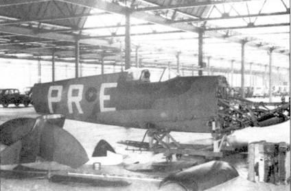 В длительной войне важное место занимает организация ремонта самолетов. Этот «Спитфайр» получил повреждения при вынужденной посадке в конце 1939г., машину разбирают на составные части перед отправкой на восстановительный ремонт на завод Моррис Моторз в Оксфорд. Отремонтированный истребитель в период битвы за Британию эксплуатировался в 266-й эскадрилье.