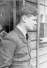 Флайт-лейтенант Дэнис Гиллэм из 616-й эскадрильи, снимок сделан в конце лета 1940г. 2 сентября на счету Гиллэма значилось восемь самолетов, сбитых лично, три предположительно и четыре поврежденных машины. Осенью летчика перевели в укомплектованную «Харрикейнами» 312-ю «чешскую» эскадрилью. До конца войны Гиллэм сбил лично восемь самолетов, один в группе, три победы засчитаны как вероятные, шесть самолетов он повредил, а два гидроплана уничтожил на воде.