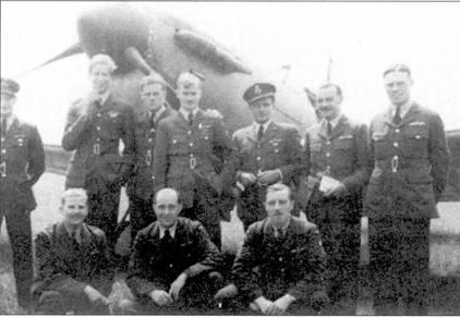 Летчики 616-й эскадрильи, Кинли, август 1940г. На фото — асы: пайлот-офицер Рой Мэрии (стоит, крайний слева), флэг-офицер Хаг «Кокки» Дате (стоит, второй слева), флайт-лейтенант Денис Гиллэм (стоит, четвертый слева), сержант Джеймс Хоупуелл (сидит в центре).