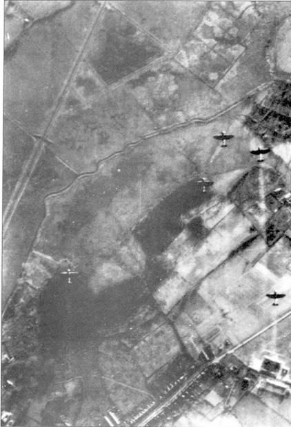 Необычный снимок летящих над Кентом «Спитфайров», 21 декабря 1940г. Фотография сделана с борта Bf 110. В этот день 23 истребителя из 64-й и 611-й эскадрилий поднялись на перехват противника. Самолет, с которого был сделан снимок подбили, и он совершил вынужденную посадку в районе Дюнкерка.
