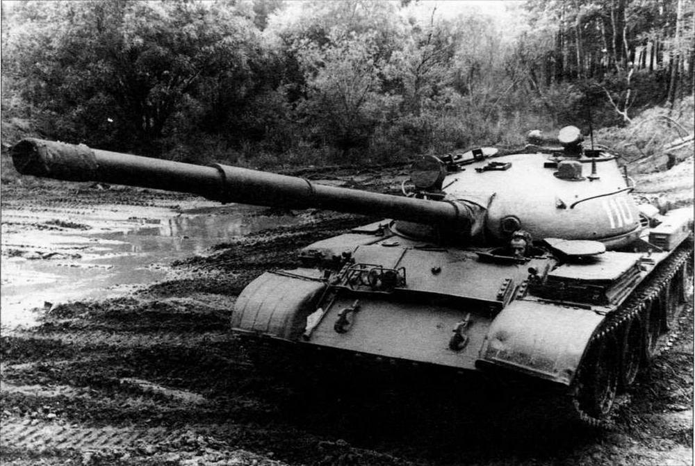 Средний танк Т-62 на полигоне