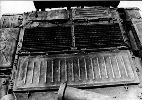 Крыша МТО танка выпуска 1967 года. В походном положении уплотнительные крышки входных жалюзи закрывались защитной крышкой.