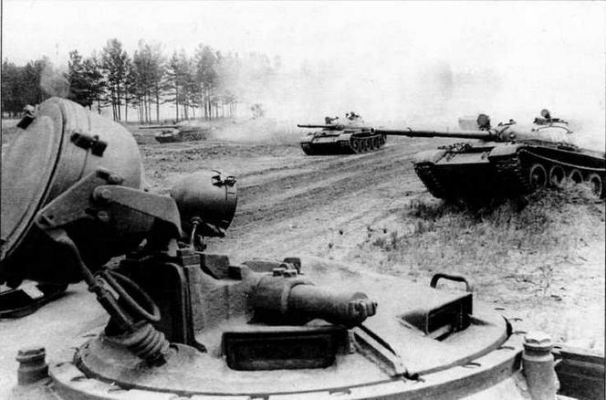 Командирская башенка. На переднем плане — ИК-прожектор ОУ-ЗГК; под ним — прибор наблюдения командира ТКН-3