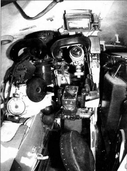 Рабочее место наводчика. Обращает на себя внимание расположение прицелов. Справа — телескопический прицел ТШ2Б-41, слева — перископический ночной прицел ТПН-1