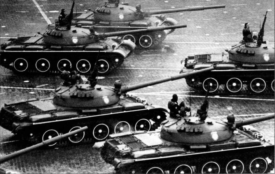 Танки Т-62 выходят на Красную площадь. 7 ноября 1973 года
