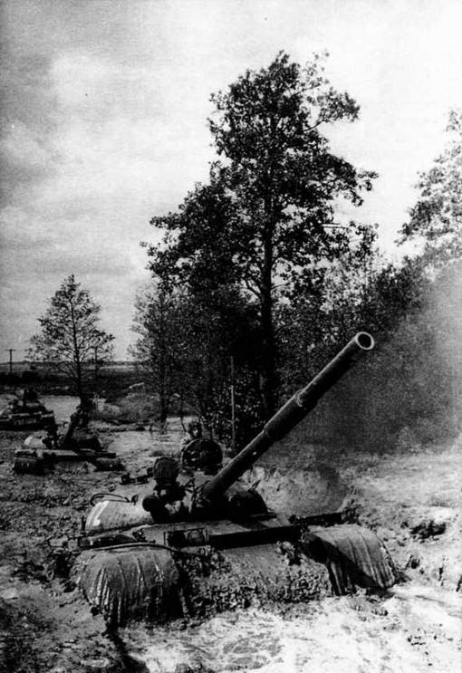 Танковый взвод на марше по пересеченной местности. 1970 год