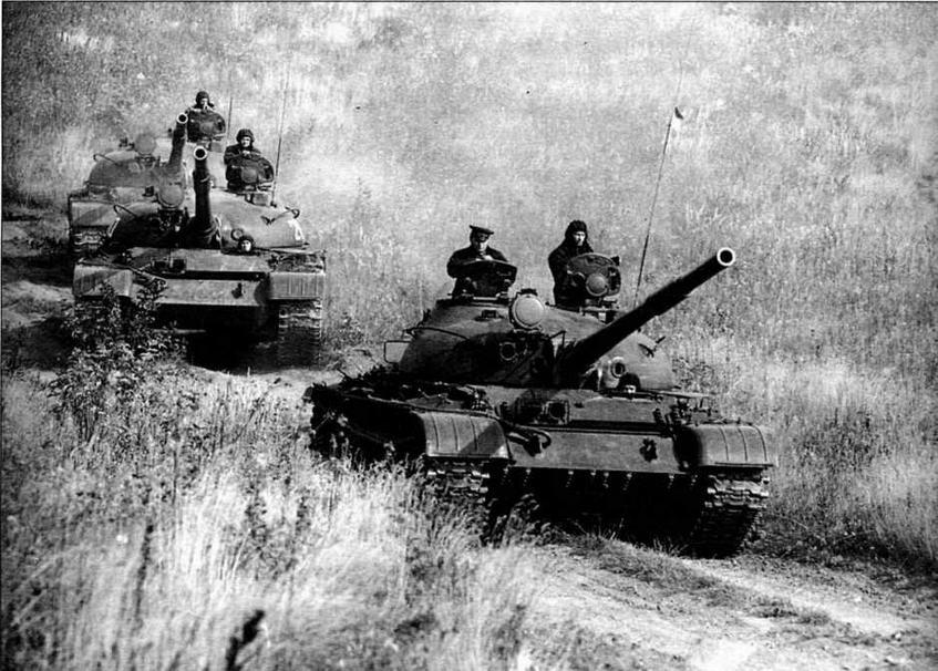 Взвод танков Т-62 на марше. Головная машина — танк, изготовленный после 1972 года, остальные — более раннего выпуска. 1974 год